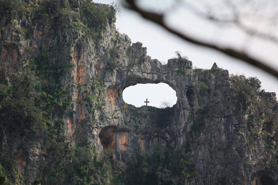 Ο σταυρός κοντά στον άγιο γεώργιο